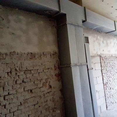 Piaskowanie obejmowało także usuwanie starych powłok malarskich z ciągów wentylacyjnych.